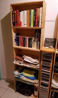 Etagère en caisses de fin en bois, recyclage, remplie de livres et de serviettes