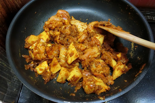 再び火を弱火にかけ、玉ねぎと炒め合わせながら1分間程度【調味料】を馴染ませます。