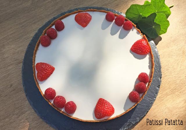 recette de tarte à la panna cotta, tarte panna cotta et fraises, tarte sans farine, dessert sans farine, tarte miroir, panna cotta en tarte, panna cotta autrement, recette de panna cotta, tarte originale, dessert, pâtisserie, meilleure tarte, patissi-patatta