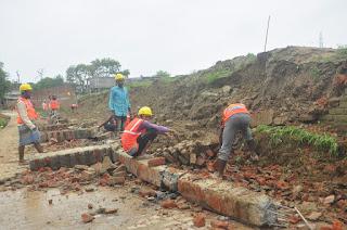 #JaunpurLive : पहली बारिश में ढही करोड़ों की लागत से बनी दीवार