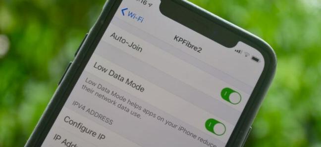 شاشة إعدادات iPhone تعرض وضع Low Data لشبكة Wi-Fi على نظام iOS 13
