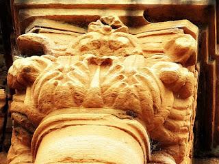 Detalhe de flores esculpidas em coluna da antiga igreja de San Ignácio Mini.