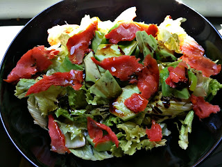 insalata salmone, cetrioli e avocado