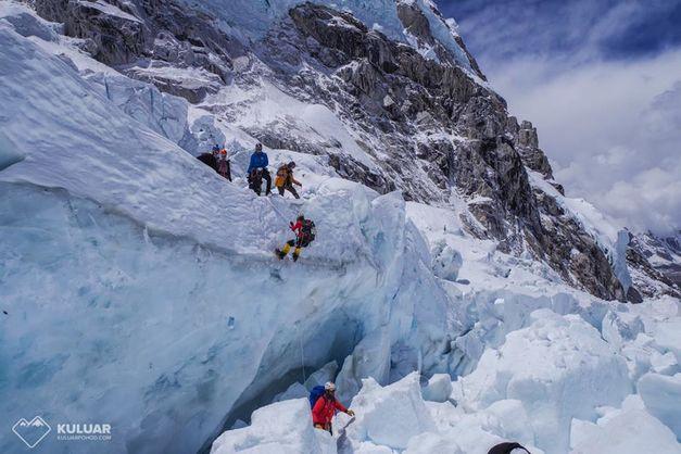 Двоє українських альпіністів підкорили Еверест та на спускові застрягли на висоті 6400 метрів