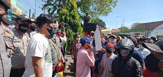 Warga dan Anggota LSM Lurug Mapolsek Deringu