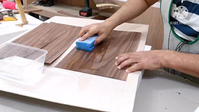 مسح القشرة الخشب من الجانبين بواسطة إسفنجة مبللة
