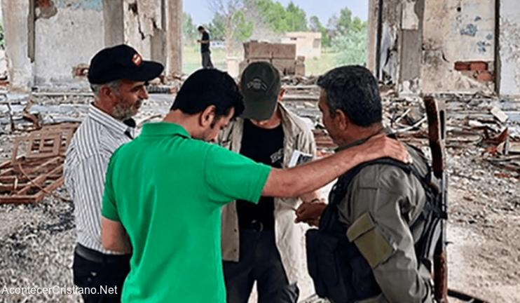 Orando en ruinas de iglesia destruida en Siria