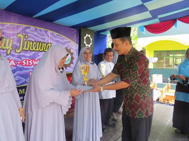 Penghargaan Bagi Dewan Guru Yang Berpretasi