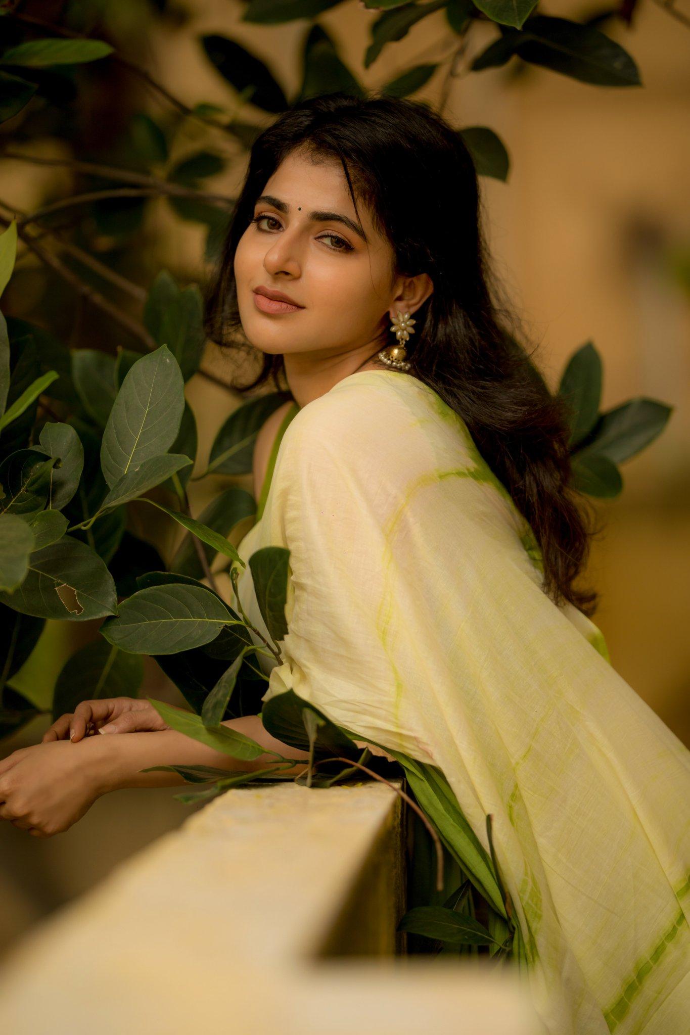 Iswarya Menon Latest Photoshoot Pictures , Iswarya Menon Latest Photoshoot 2021, Iswarya Menon Sexy Latest Photoshoot,Iswarya Menon green saree