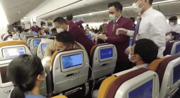 Chờ kiểm dịch quá lâu, nữ hành khách TQ tức giận ho thẳng vào tiếp viên