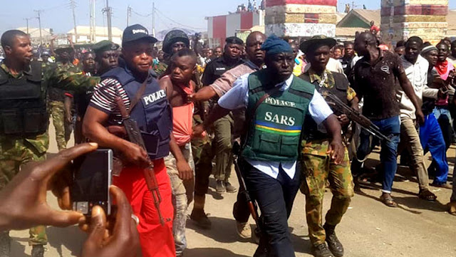Nigeria Police Officers Arrest Fleeing Gang Member After Attempted Bank Robbery At Mpape, FCT.