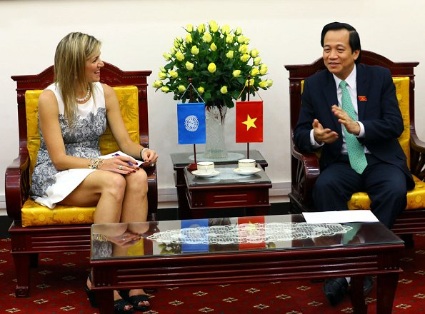 Queen Maxima wore an dress designed by Edouard Vermeulen of Natan. Queen Maxima visited the Bank of Vietnam. Pearl necklace