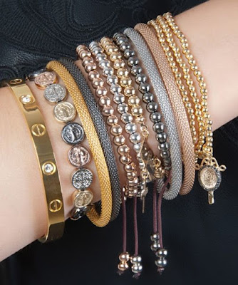 Um braço cheio de pulseiras transforma qualquer visual em algo estiloso. Não é à toa que misturar pulseiras tenha virado um fenômeno: o pulseirismo.