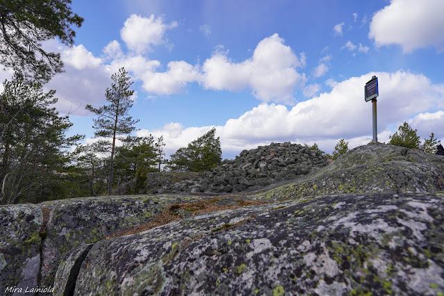 Muinainen hautaröykkiö Kasakallion huipulla