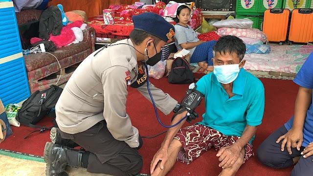 Brimob Polda Jatim Berikan Pelayanan Kesehatan Bagi warga Terdampak Gempa