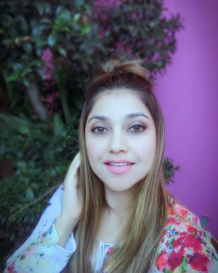 Sarah Azhari artis manis dan janda seksi