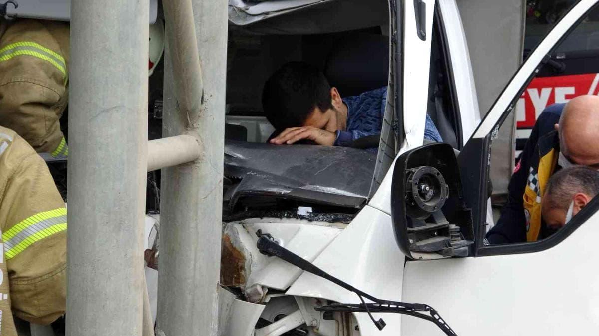 Tabela direğine çarpan kamyonet sürücüsü kurtarıldı