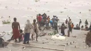 पटना से सटे बाढ़ में गंगा में बड़ी संख्या में बहकर आए तरबूज, लोगों में लूटने की मची होड़