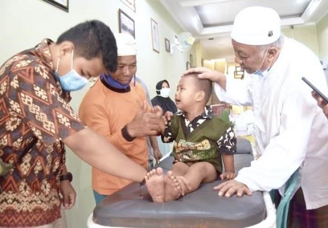 Menyambut Hari Raya Idul Adha 1441 H,  Keluarga Besar H Adang Hadari Menggelar Kegiatan Khitanan Massal Bagi Enam Anak Dari Berbagai Daerah