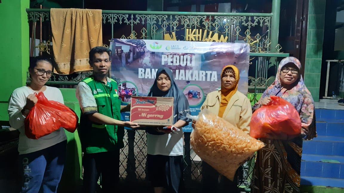 Sinergi LAZIS Wahdah-Komunitas Gerebek Bantu Korban Banjir di Halim