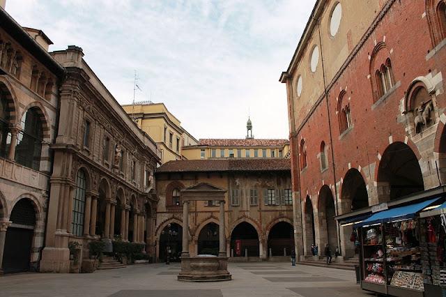 Piazza Mercanti em Milão na Itália