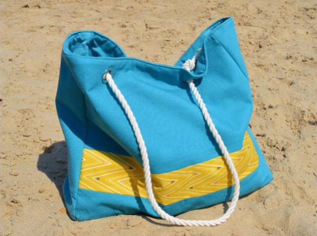 Learn how to make a beach bag with pockets. Tutorial by Vicky Myers Creations