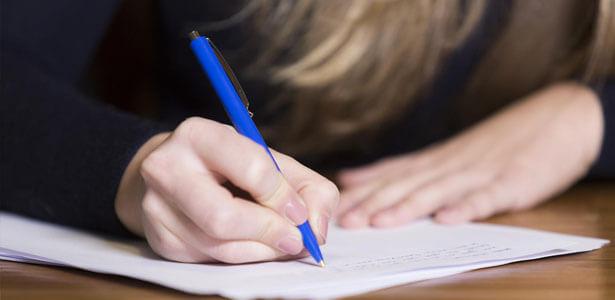 Esposa escribiendo una carta a su esposo infiel y mentiroso