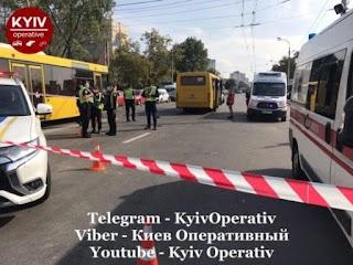 Люди лежать на асфальті, загиблий під автобусом: маршрутка на швидкості влетіла у натовп, деталі та фото