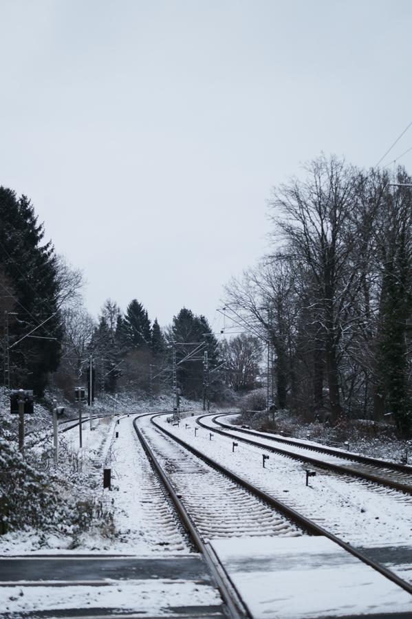 Blog + Fotografie by it's me! - Draussen - Frau Frieda sucht Schnee, verschneite Bahnschienen