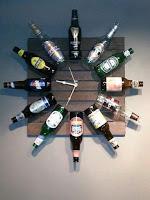 reloj de pared hecho con botellas de vidrio