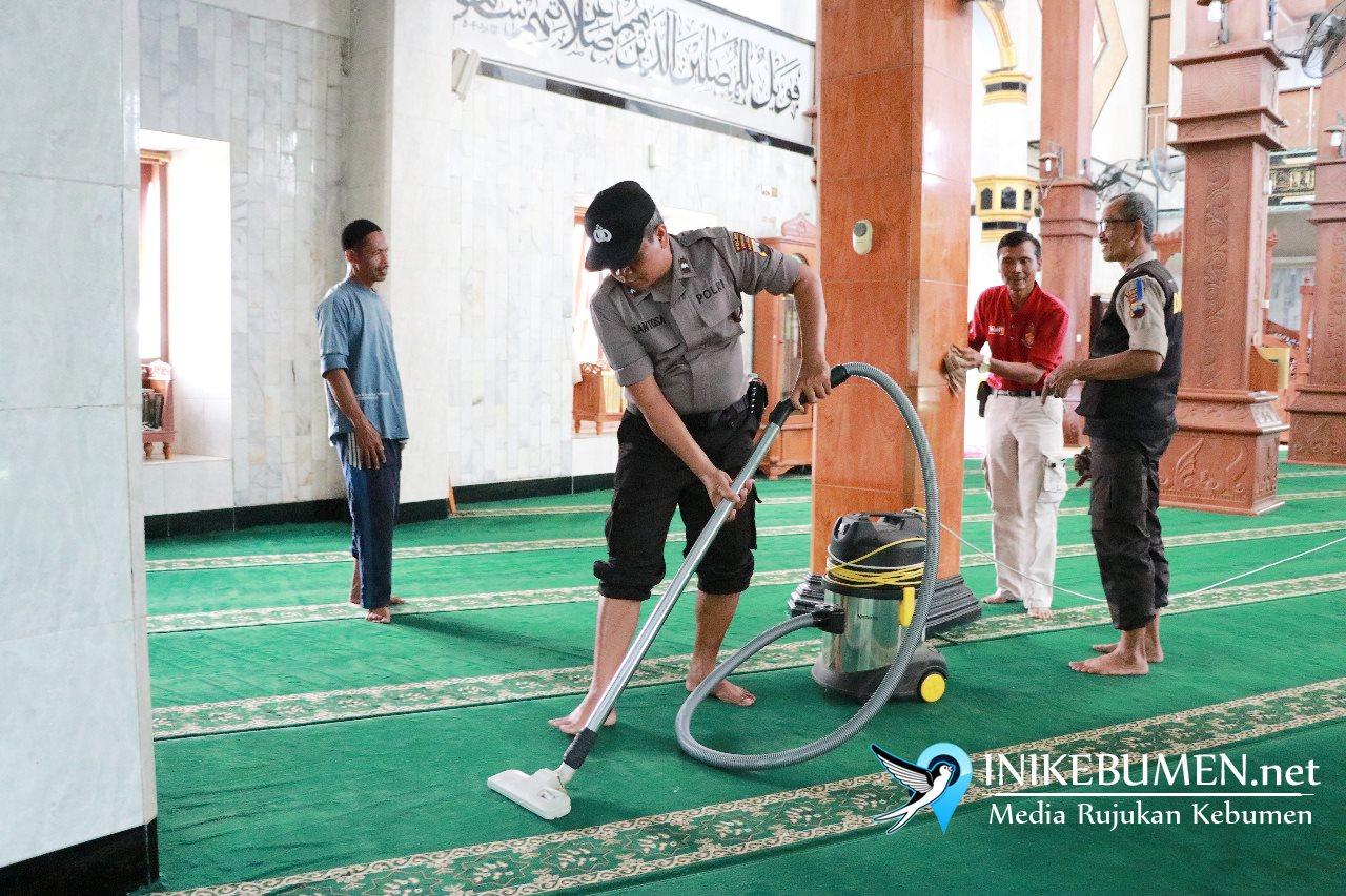 Jumat Berkah, Polres Kebumen Gelar Kerja Bakti di Masjid dan Gereja