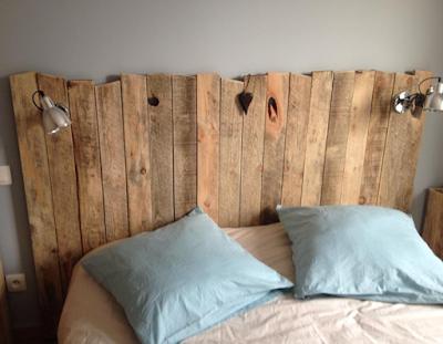 Cabeceira de cama em placas de madeira rústica