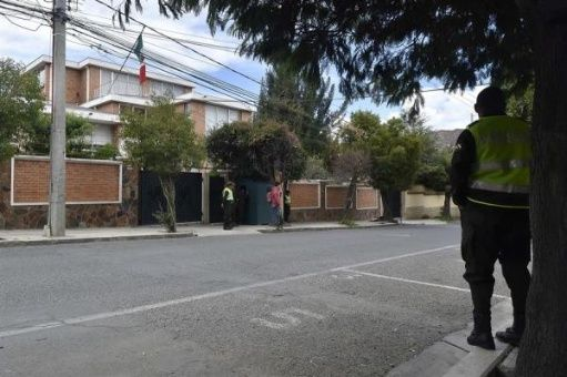 Retienen a funcionarios españoles en embajada de México en Bolivia