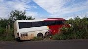 Ônibus sai da pista após curva fechada na MA-012 entre São Roberto e São Raimundo do Doca Bezerra
