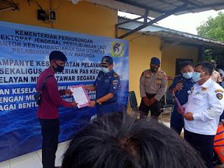 KSOP Marunda Serahkan Pas Kecil dan Jaket Pelampung  Pada Nelayan Jembatan Cinta Taruma Jaya