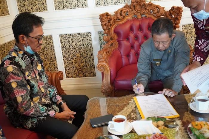 Wabup Menyerahkan Alat Keperluan Kantor dari Kepala Kementerian dan Tata Ruang.