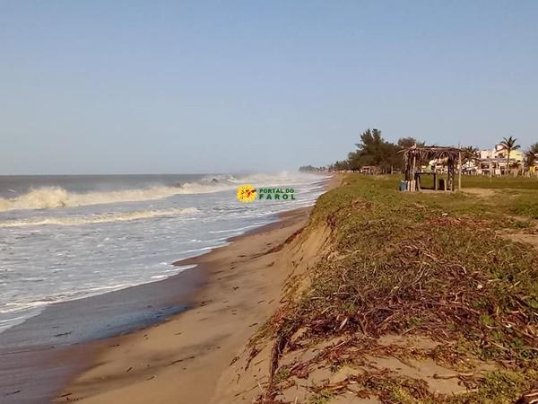 Mar agitado na praia do Farol 'engole' faixa de areia no Rádio Velho