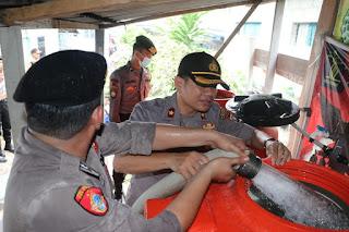 Polres Lingga Bagikan Air Bersih Kepada Masyarakat Kabupaten Lingga Yang Kekesringan