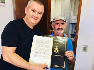 Morador da comunidade Carabanas comemora título de legitimação de posse