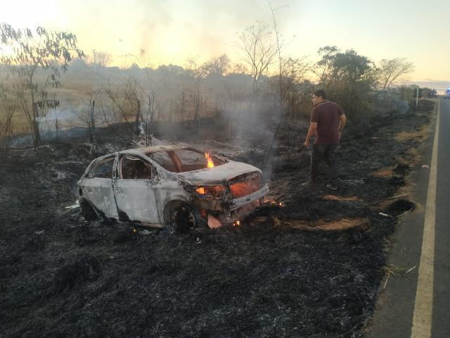 Médico de Ibotirama perde controle de carro, e veículo pega fogo durante acidente