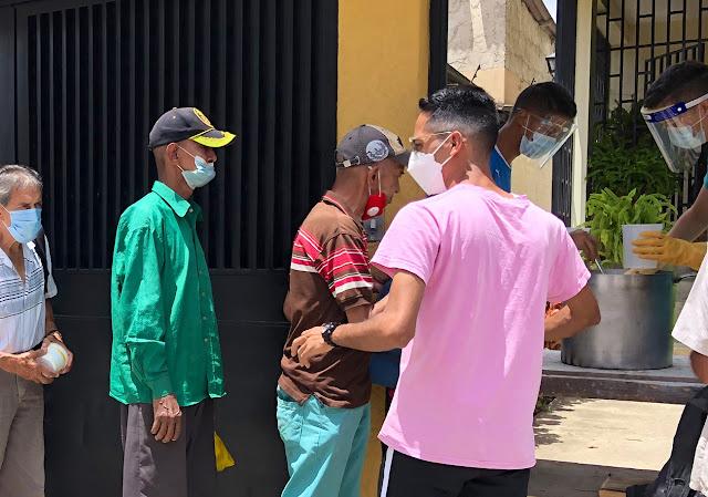 Angelo Rangel entrega comida a personas en situación de calle y desplazados por la violencia en El Cementerio - Jul 2021 - Fotos Angelo Rangel