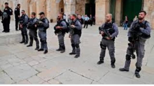 قوات الاحتلال تعتقل شابه بالأقصى