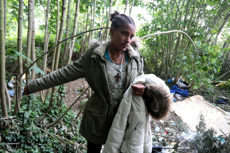Semorte, 16 ans, vit avec deux autres jeunes filles sur une couverture dans un bois de Calais. PHOTO BAZIZ CHIBANE