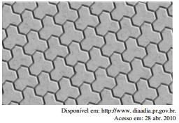 ENEM 2011: O polígono que dá forma a essa calçada é invariante por rotações, em torno de seu centro, de