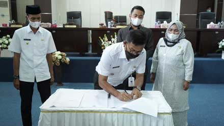 Khairunas tandatangani persetujuan ranperda RPJMD 2021 - 2026