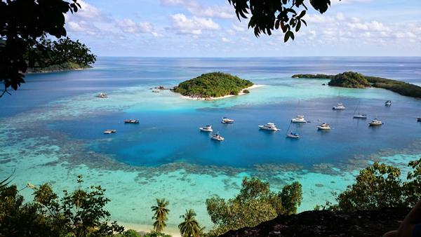 Kapal Berlabuh di Laguna Pulau Bawah