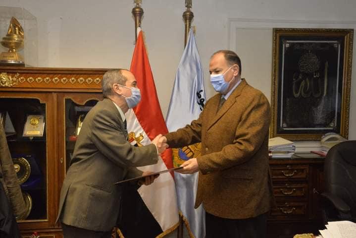 محافظ أسيوط يكرم اللواء دكتور حسين الجندي سكرتير عام المحافظة