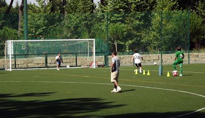 homens jogando futebol no parque