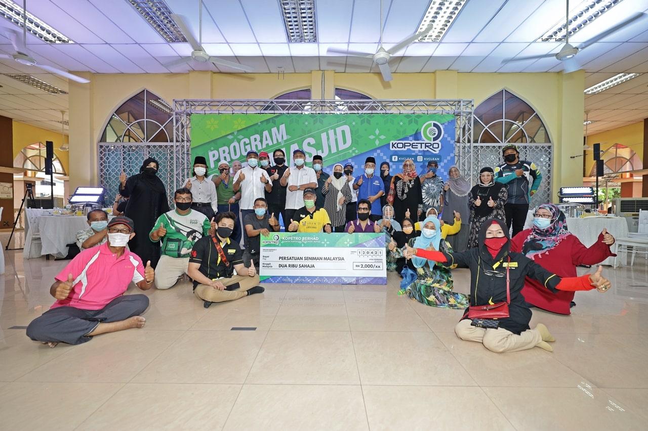 KOPETRO Jalin Kerjasama Bersama Persatuan Seniman Malaysia Dalam Program Cuci Masjid