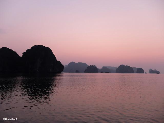 aube lever soleil baie halong voyage vietnam tour bateau par cat ba, mer montagne paysage vietnam